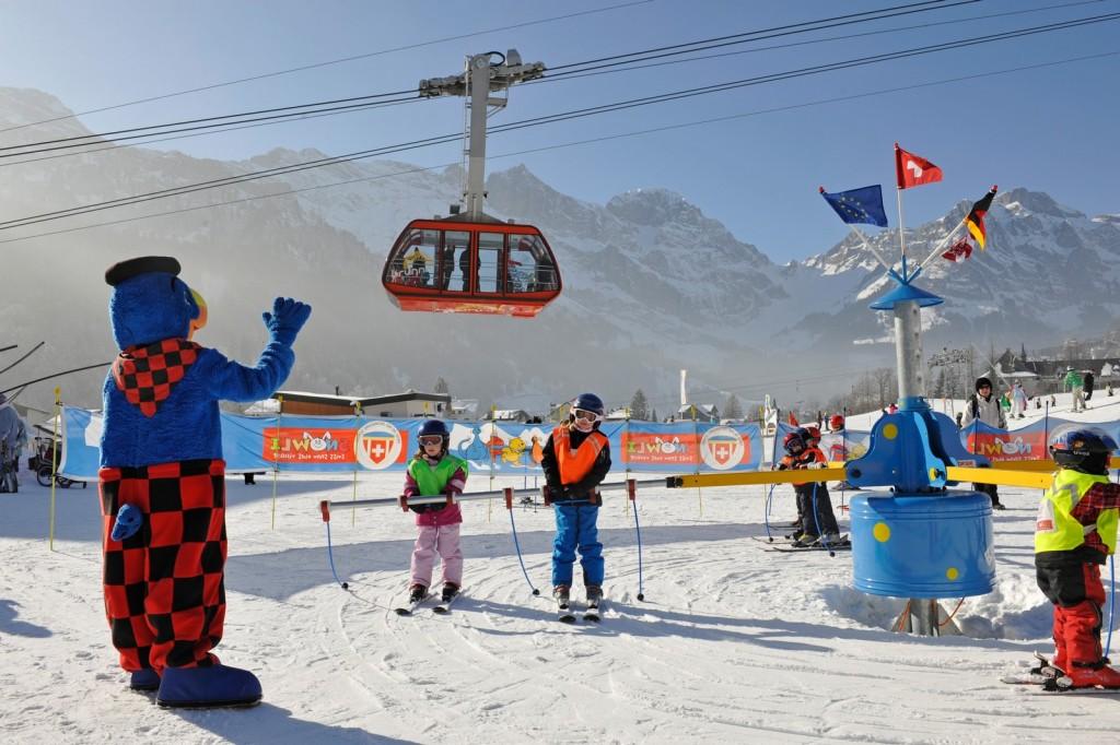 Papagei Globi ist im Skigebiet Brunni der Chef und sorgt für Spaß im Winterland und Yetipark  ©Engelberg-Titlis,  Christian Perret