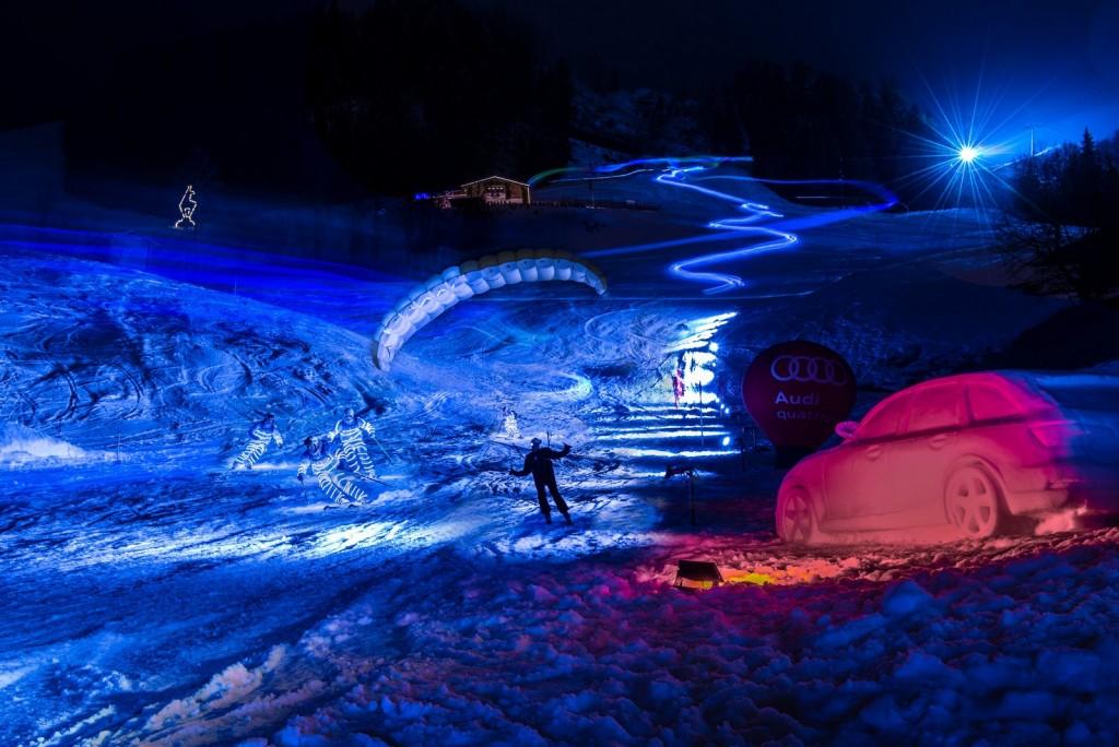"""Paragleiter-Piloten und zahlreiche Skilehrer reisen bei der """"Air & Ski Show"""" am Ganslernhang in die Vergangenheit und Zukunft der legendärsten Sportstadt der Alpen. ©Michael Werlberger"""